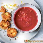 Свекольно-апельсиновый суп с имбирем и сырными гренками